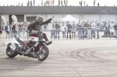 Didi Bizzarro: stuntman, vanta collaborazioni importanti con marchi come Renault e Ducati e più di 300 partecipazioni a manifestazioni ad interesse motoristico. Inoltre è stato ingaggiato come controfigura in numerosi film come Squadra di Polizia e Sbirri.