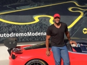 Michael Strahan: ex giocatore di football americano statunitense, ha giocato per l'intera carriera nei New York Giants della National Football League nel ruolo di defensive end. All'Autodromo si è goduto una bella Emozione Rossa alla guida della nostra Ferrari F458 Challenge!
