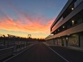 Pit Lane al tramonto e zona box