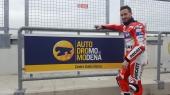 Andrea Dovizioso: pilota motociclistico italiano, campione del mondo della classe 125 nel 2004. Diventa pilota Ducati nel 2013 al fianco di Nicky Hayden.